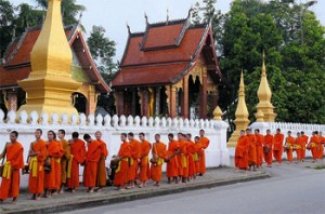 luang-prabang-monks-collecting-alms-tuttolaos