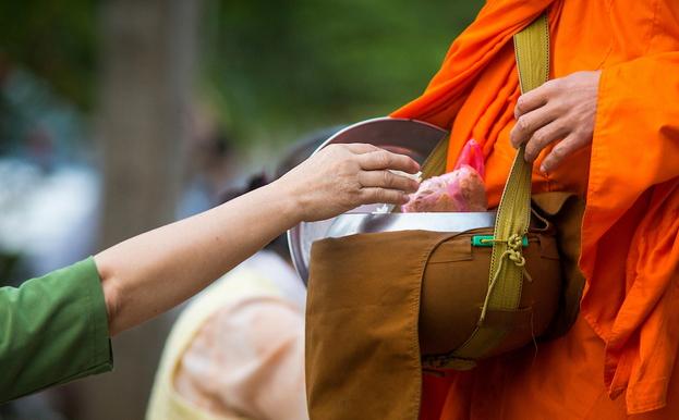 I monaci di Luang Prabang ed il tak bat